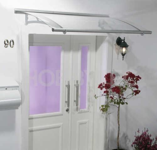 Průhledná plexisklová stříška nad vchodové dveře