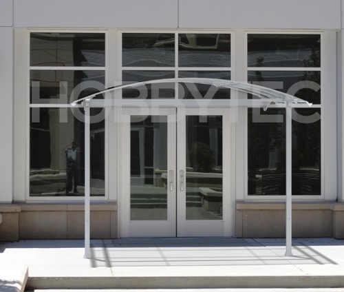 Velká vchodová stříška před vstup do budovy