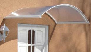 Bílá vchodová stříška z hliníku a polykarbonátu