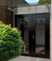 Moderní a praktická skleněná vchodová stříška