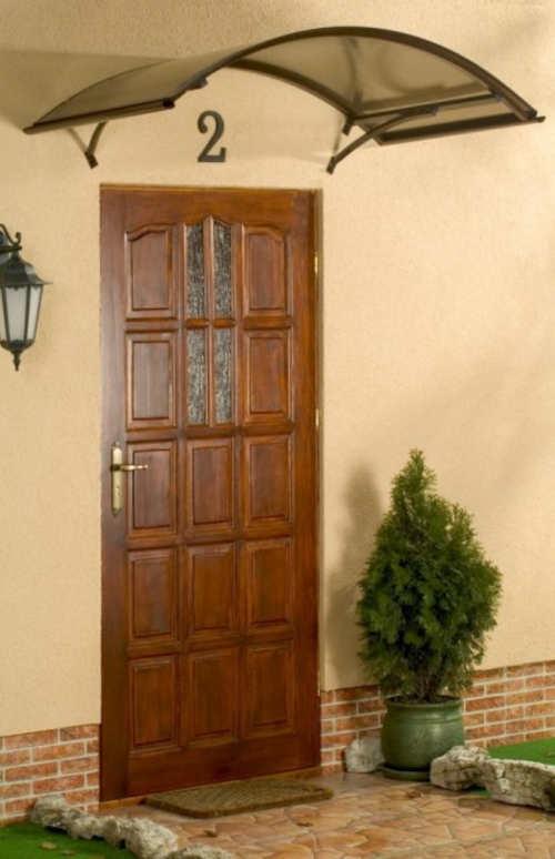 Nenápadná oblouková stříška nad vchodové dveře