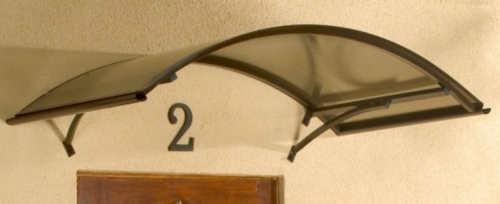 Tmavě hnědá oblouková vchodová stříška s kouřovým polykarbonátem