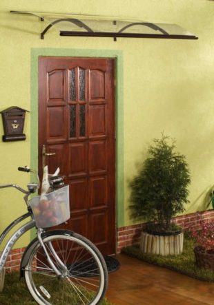 Praktická stříška nad dveře z plexiskla