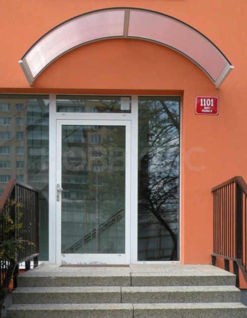 bílá stříška nad vchodové dveře